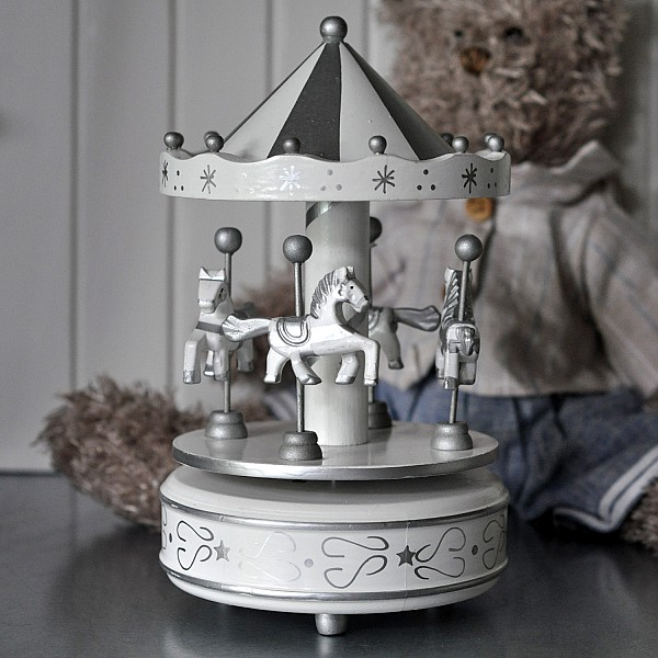 Speldosa Karusell i trä Vit/Silver - Mellan