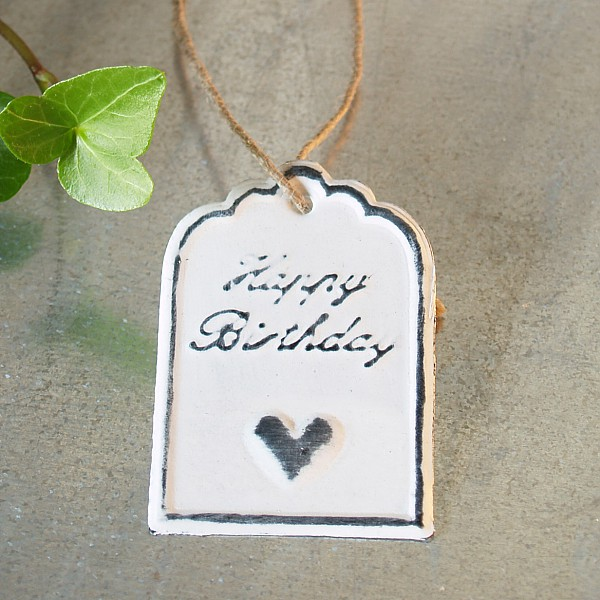Tag Happy Birthday with heart 6 x 4 cm - White