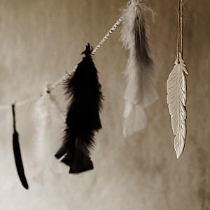 Liten hängande fjäder i keramik